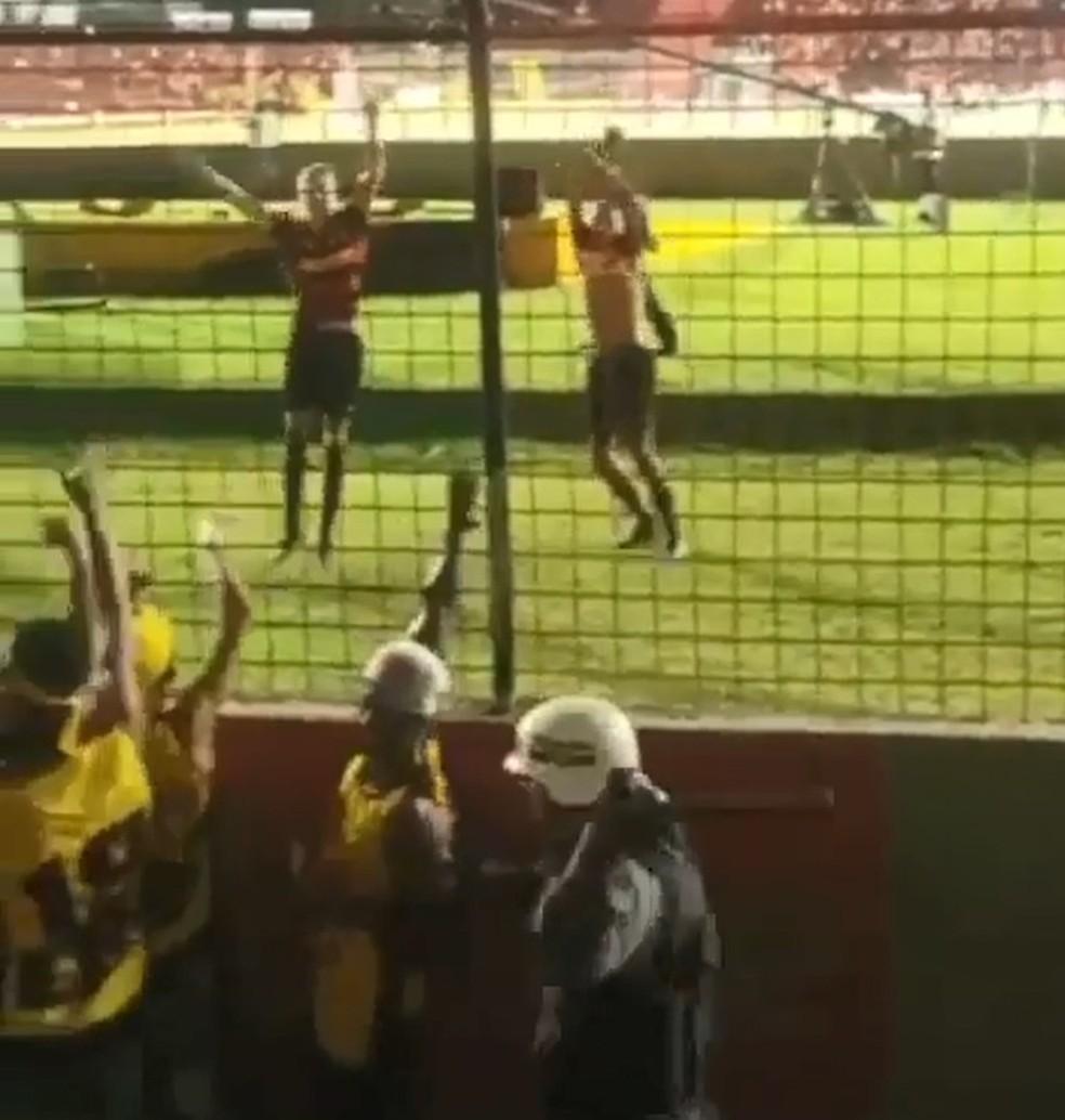Torcedores do Sport são agredidos por PMs no Recife — Foto: Reprodução/WhatsApp
