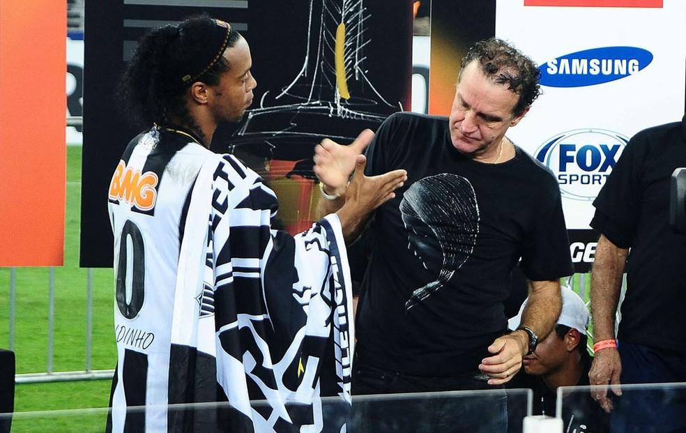 Cuca e Ronaldinho na comemoração do título de 2013 — Foto: Marcos Ribolli
