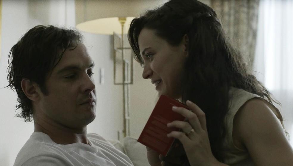 Clara mostra para Gael o seu novo celular (Foto: TV Globo)