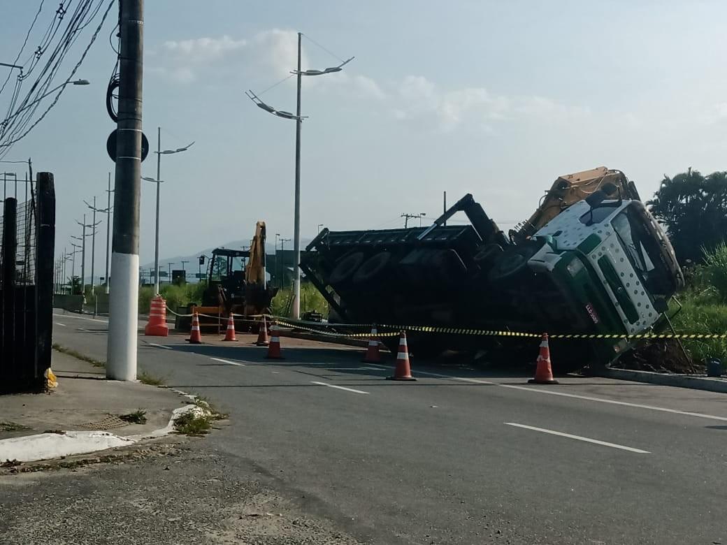 Caminhão tomba e interdita trecho de via em Praia Grande, SP