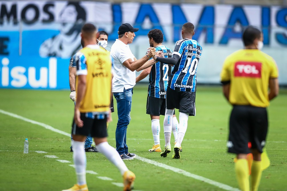 Renato Gaúcho cumprimenta Jean Pyerre pelo gol na quarta-feira — Foto: Lucas Uebel / Grêmio FBPA