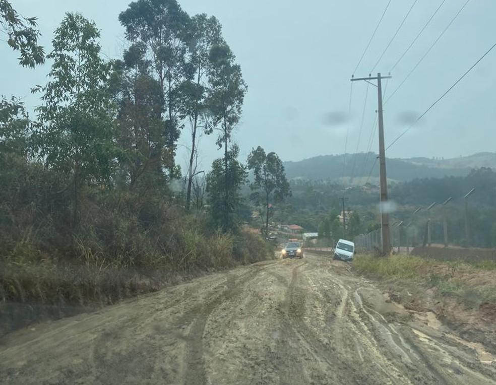 Chuva dificulta o transporte de presos em estrada de Mairinque (SP) — Foto: Arquivo Pessoal