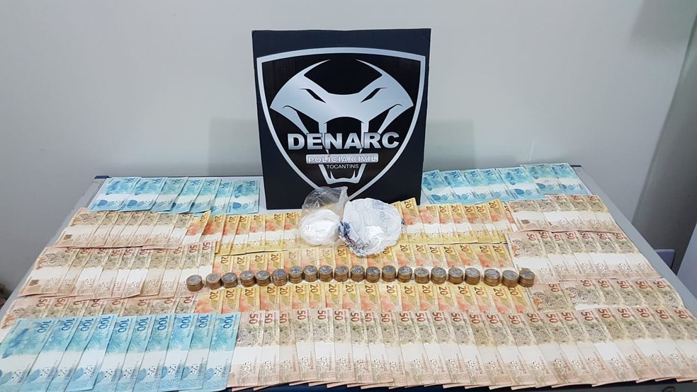 Dinheiro e drogas apreendidas com suspeito — Foto: Polícia Civil/Divulgação
