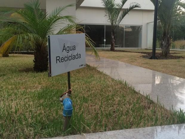 Água em prédio é reaproveitada para irrigar jardim, em Goiânia, Goiás (Foto: Vitor Santana/G1)
