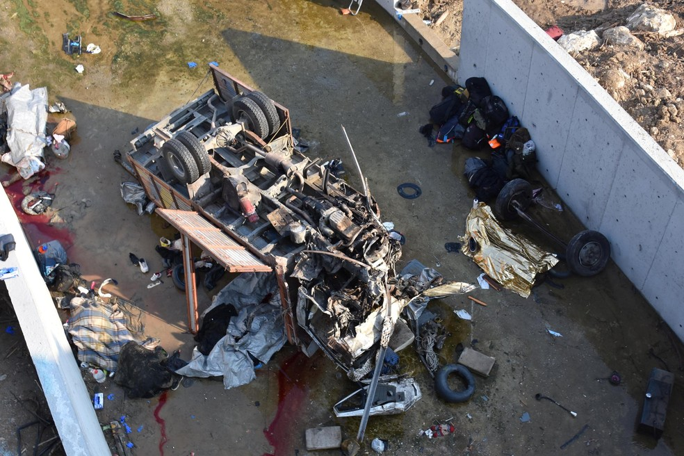 Caminhão que levava migrantes ficou destruído após acidente em Izmir, na Turquia — Foto: Mehmet Candan/Demiroren News Agency (DHA) via Reuters