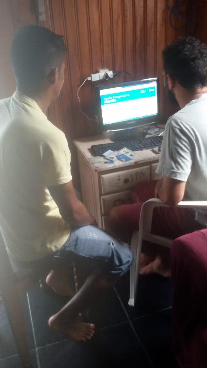 No AC, jovens ajudam autônomos sem acesso à internet a fazer cadastro para receber auxílio emergencial