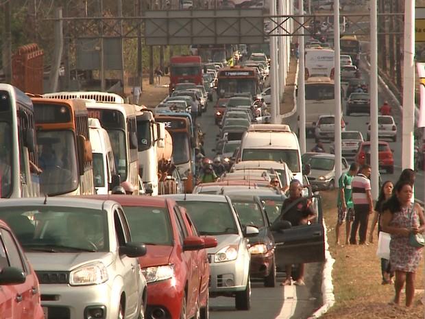 Trânsito ficou congestionado em decorrência do protesto (Foto: Reprodução/TV Mirante)