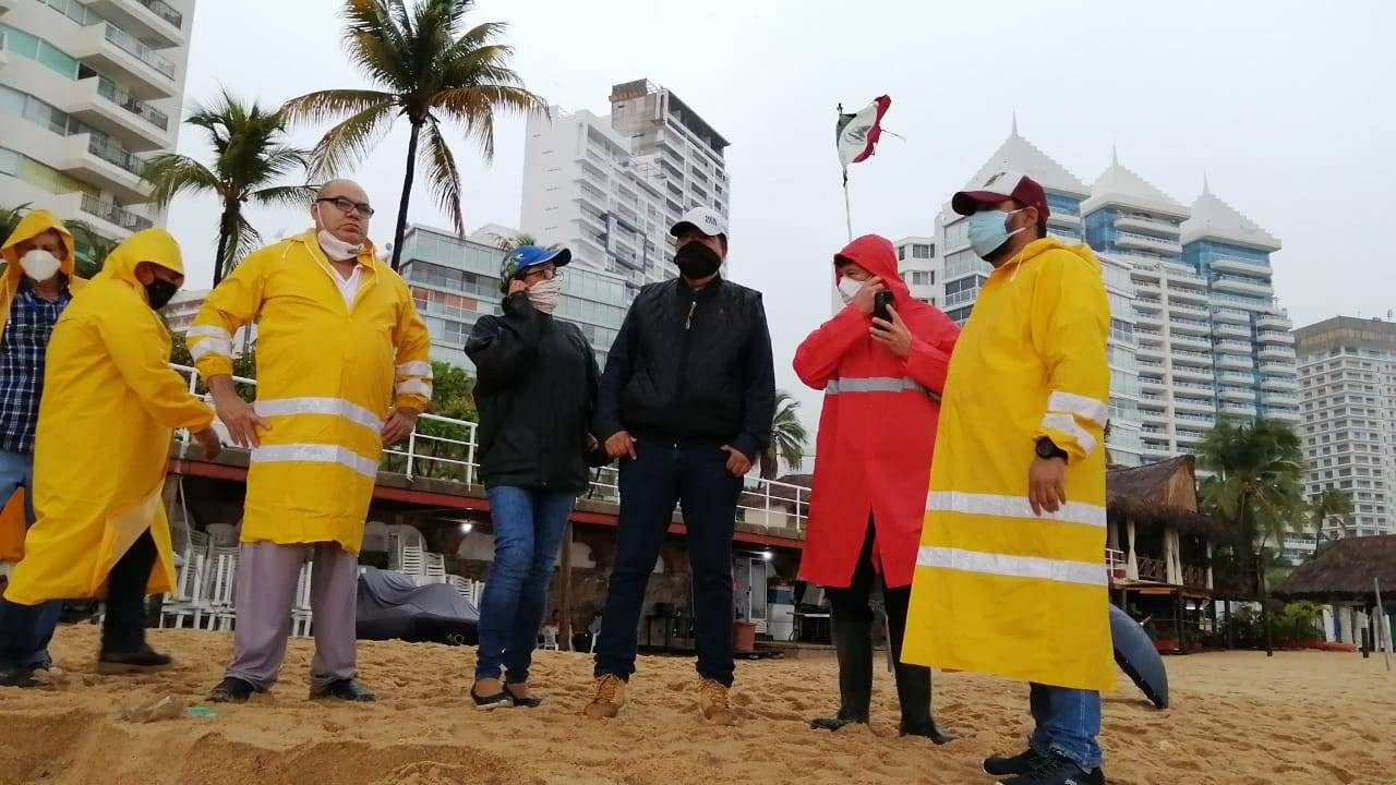 Especialistas analisam as águas despejadas no mar (Foto: Governo de Acapulco)