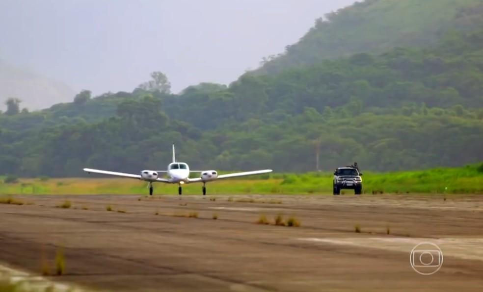 Cassiano (Henri Castelli) e Duque (Jean Pierre Noher) conseguem fugir no avião de Dom Rafael (Cesar Troncoso), em 'Flor do Caribe' — Foto: Globo