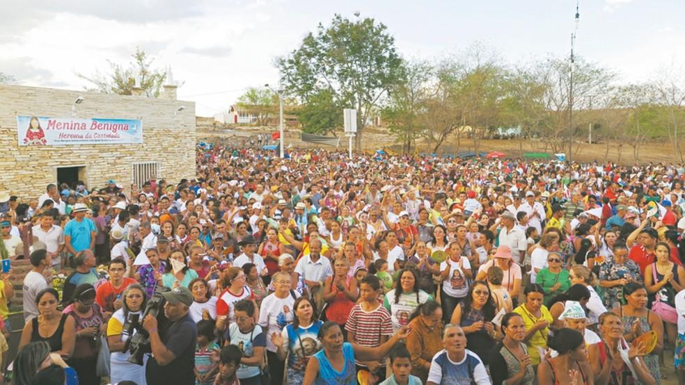 Culto à menina Benigna reúne cerca de 30 mil pessoas em romaria anual no Cariri — Foto: André Costa/G1