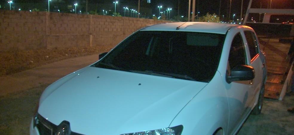 O carro foi recuperado pela Polícia Militar (Foto: TV Centro América)
