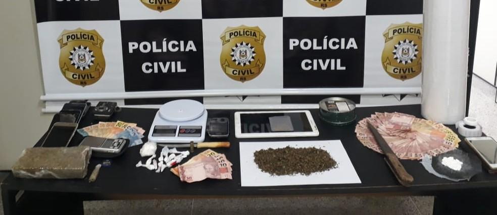 Foram apreendidos celulares, drogas, balanças de precisão e anotações de contabilidade do tráfico de drogas. — Foto: Polícia Civil/Divulgação
