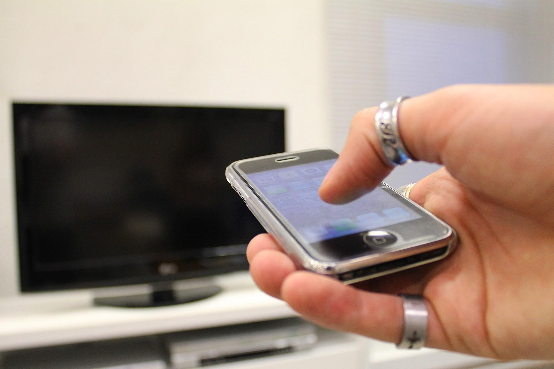 O celular e a TV são os aparelhos de telecomunicação mais comuns nas casas dos estudantes brasileiros, presentes em 97% e 89% dos domicílios, respectivamente (Foto: USP imagens)