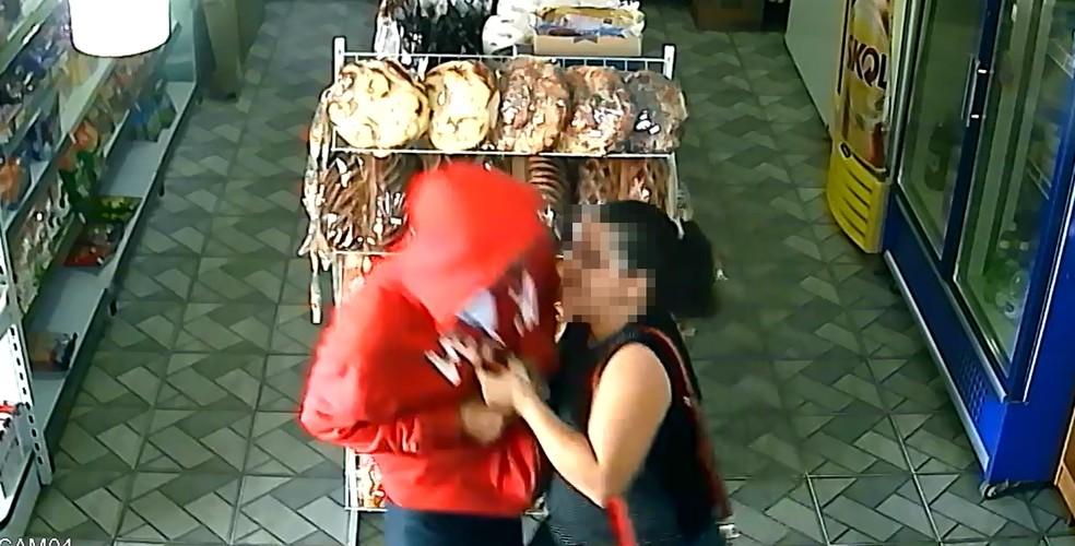 Mulher reage ao assalto em Rio Preto (Foto: Reprodução/Câmera de segurança)