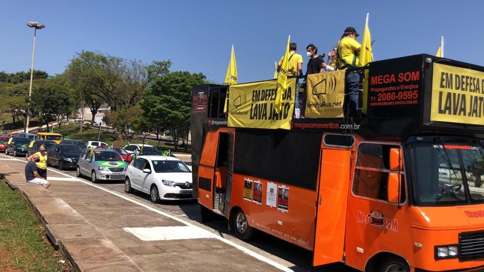 Carreata em frente ao Estádio Paulo Machado de Carvalho, o Pacaembu — Foto: Malu Mazza/TV Globo