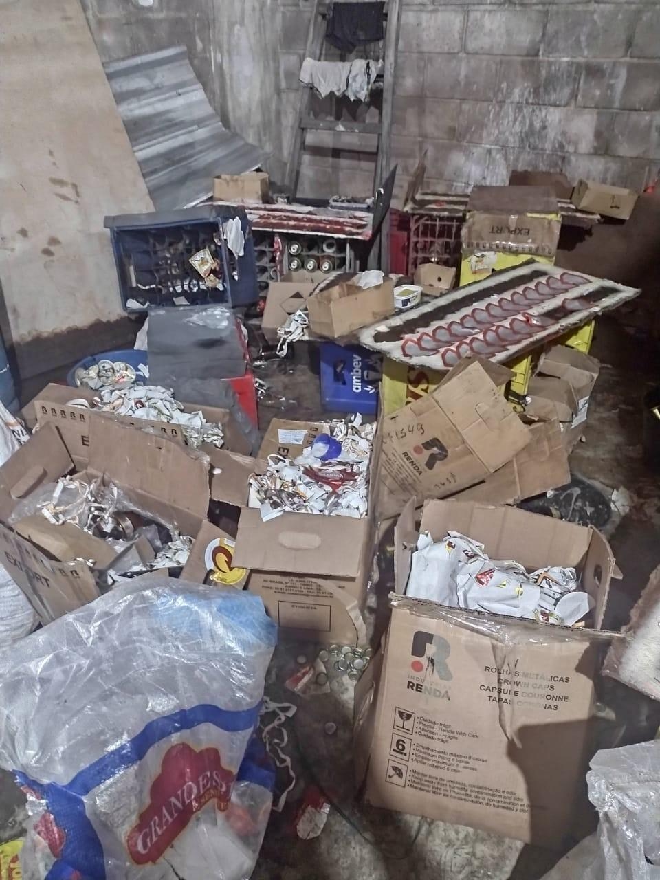PM descobre galpão de falsificação de cerveja e prende oito no Jardim Itatinga, em Campinas