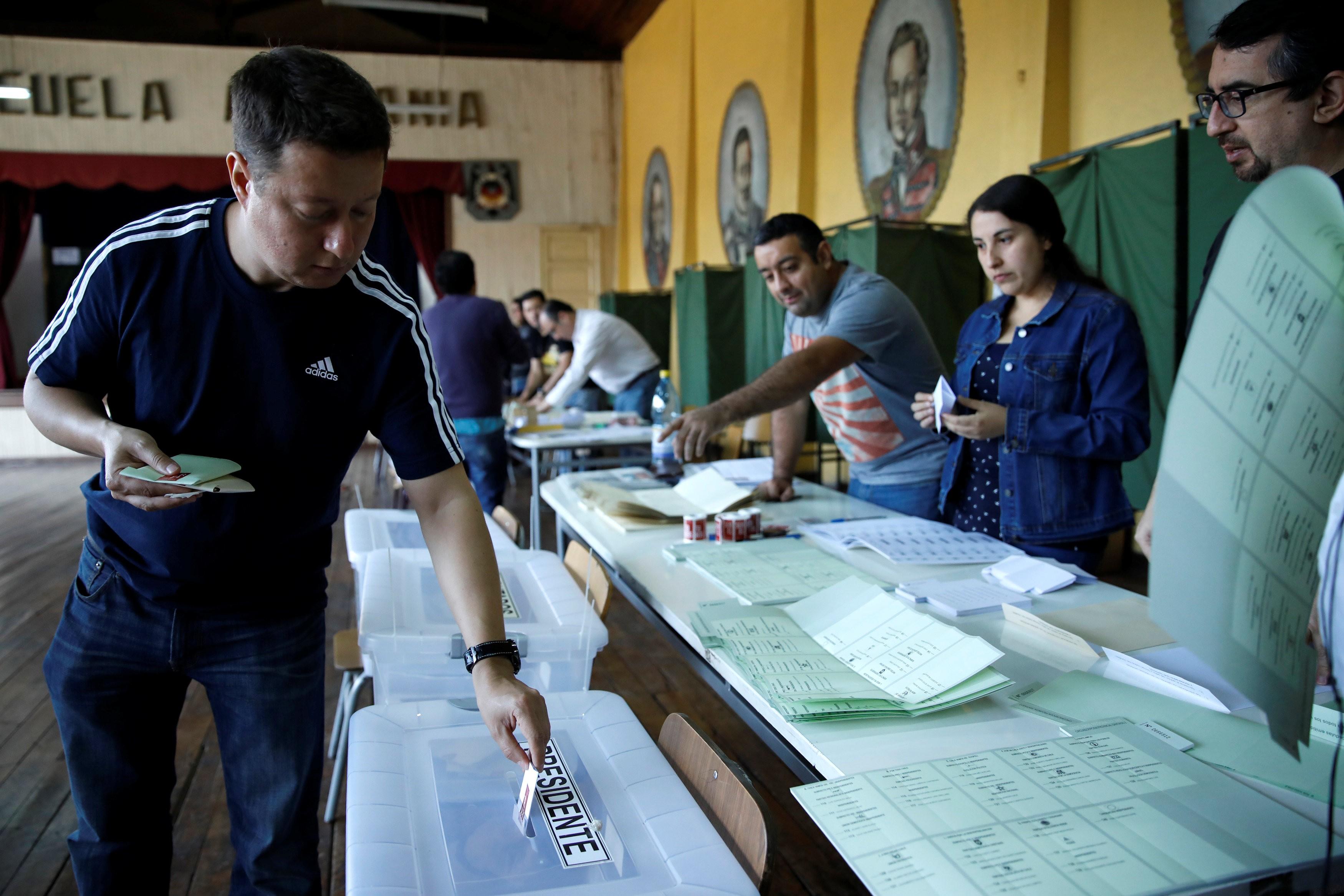 Chilenos começam votação para escolher novo presidente
