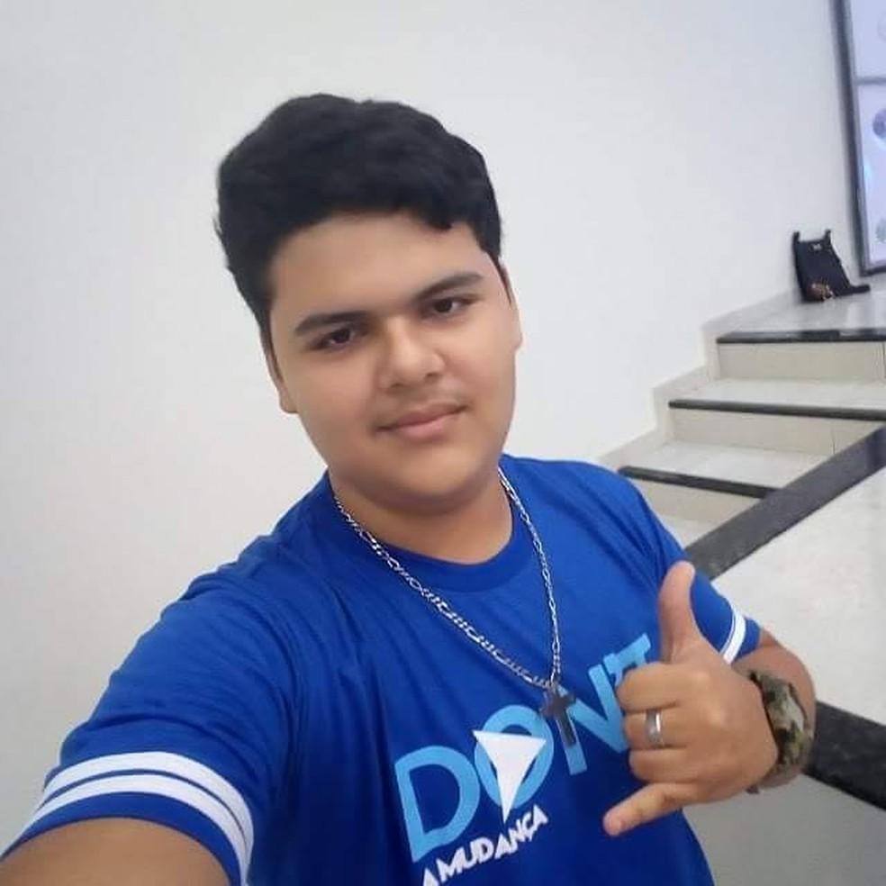 Luigi Nascimento Sousa Sodré, de 15 anos, morreu após descarga elétrica por celular ligado à tomada no PI — Foto: Reprodução/Facebook