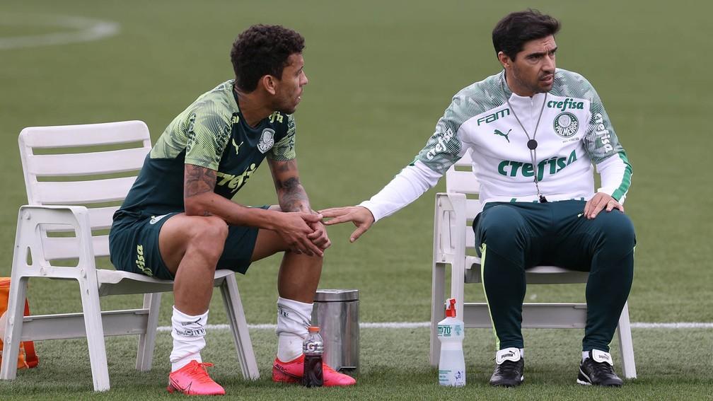Abel Ferreira, técnico do Palmeiras, conversa com Marcos Rocha — Foto: Cesar Greco / Ag. Palmeiras