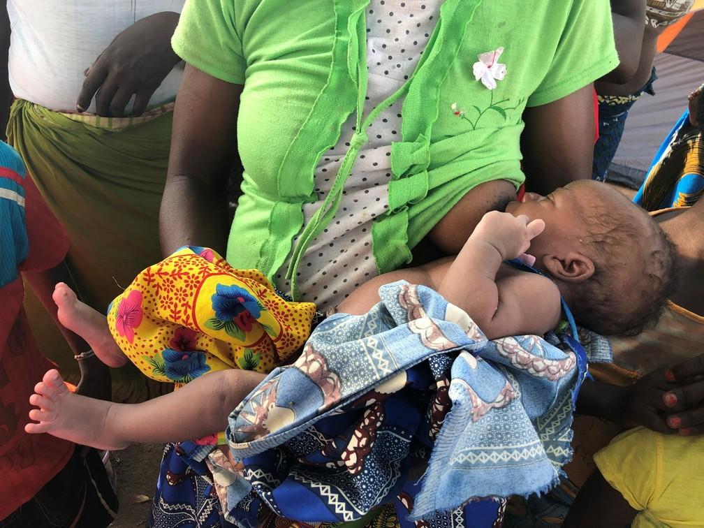 Amélia amamenta a bebê Sara, que nasceu em uma árvore na passagem do ciclone Idai em Moçambique — Foto: © UNICEF Moçambique/2019/Javier Rodriguez