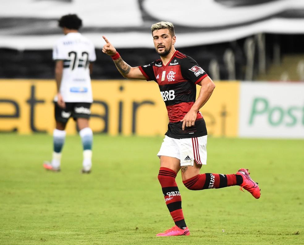 Arrascaeta celebra gol em Flamengo x Coritiba, pelo Brasileirão 2020 — Foto: André Durão