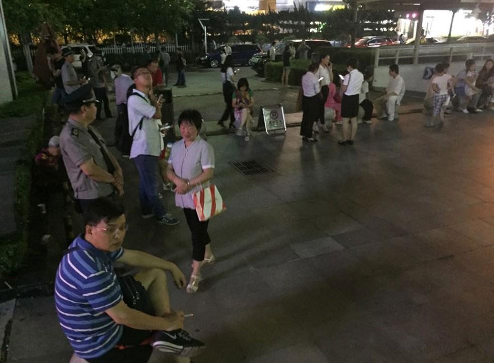 Após tremor, chineses deixam residências na província de Shanxi, nesta terça-feira (8)  (Foto: AFP )