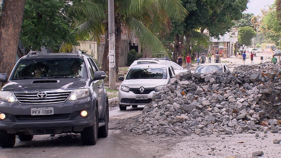 Motoristas furam bloqueio para fugir de engarrafamento na BR-101, no Recife — Foto: Reprodução/TV Globo