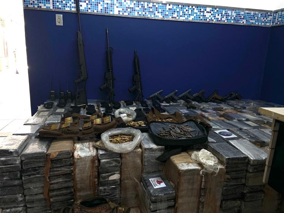 Cerca de 1.5 tonelada de cocaína, fuzis e pistolas foram apreendidas em Jaboatão, no Grande Recife, em ação que envolveu prisão de PMs — Foto: PM/Divulgação