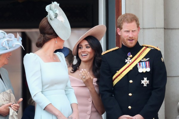 LONDON, ENGLAND - JUNE 09:  Camilla, Duchess Of Cornwall, Catherine, Duchess of Cambridge, Meghan, Duchess of Sussex, Prince Harry, Duke of Sussex on the balcony of Buckingham Palace during Trooping The Colour on June 9, 2018 in London, England. The annua (Foto: Getty Images)