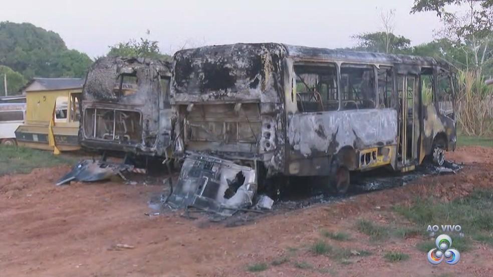 Ônibus foram incendiados na garagem de secretaria de Educação, em Porto Acre (Foto: Reprodução/Rede Amazônica Acre)