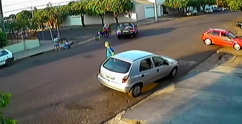 Moto desvia do carro que faz curva antes de atropelar as vítimas (Foto: Reprodução)