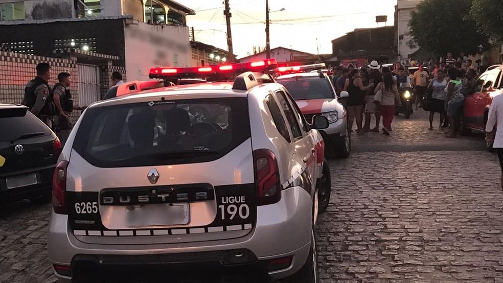Pai e filho foram esfaqueados enquanto realizavam serviço de alvenaria, na tarde da terça-feira (12), em João Pessoa (Foto: Walter Paparazzo/G1)