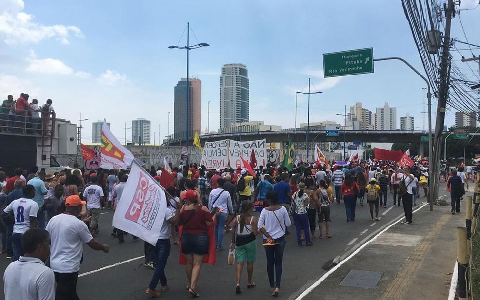 Manifestantes durante protesto contra a reforma da previdência, em Salvador — Foto: Phael Fernandes/G1
