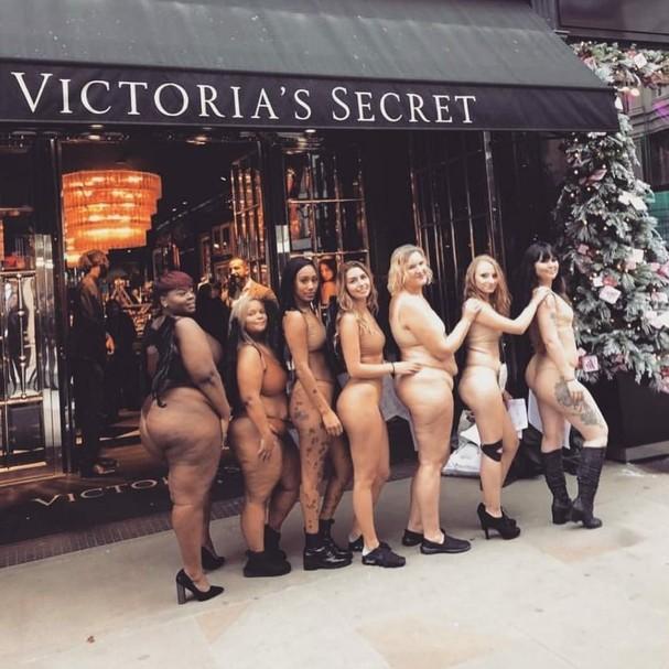 Mulheres fazem protesto em frente a uma loja da Victoria's Secret (Foto: Instagram/Reprodução)