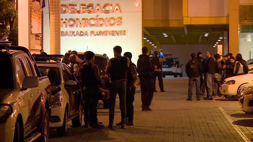Policiais saíram da Delegacia de Homicídios da Baixada Fluminense, ainda durante a madrugada, para cumprir 24 mandados de prisão — Foto: Ruy Silva / GloboNews