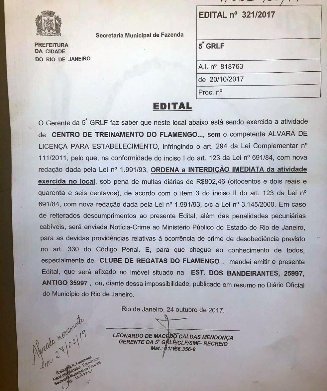 Documento de interdição foi afixado na porta do CT do Flamengo — Foto: Divulgação/Prefeitura do Rio