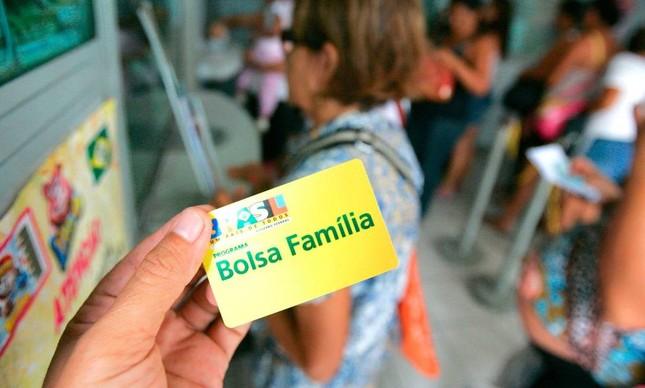 Cartão do Bolsa Família, programa que Bolsonaro quer turbinar