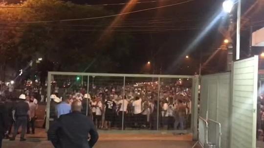 """Torcida do São Paulo protesta na porta do Morumbi: """"Vergonha"""""""