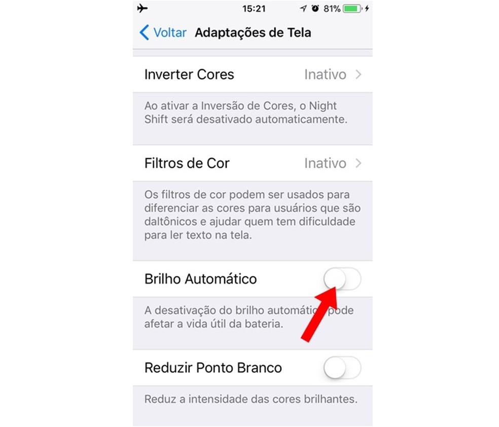 Desativando o brilho automático no iOS 11 (Foto: Reprodução/Carolina Ribeiro)