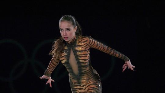 Campeã olímpica Alina Zagitova se apresenta em cerimônia de gala de patinação artística