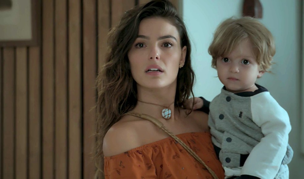 Em 'A Força do Querer', Rita (Isis Valverde) descobre que Joyce (Maria Fernanda Cândido) trancou a casa para ela não sair com Ruyzinho — Foto: Globo