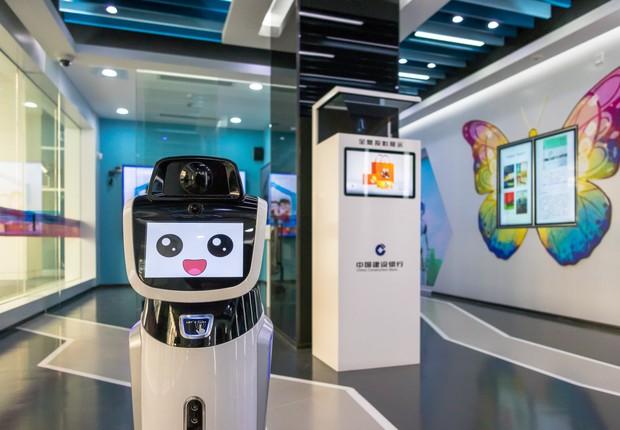 Robô trabalha na primeira agência bancária da China sem atendentes humanos. Agência fica em Xangai e pertence ao China Construction Bank  (Foto:  VCG/VCG via Getty Images)