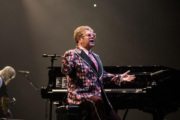 Elton John veste Gucci (Foto: Divulgação)