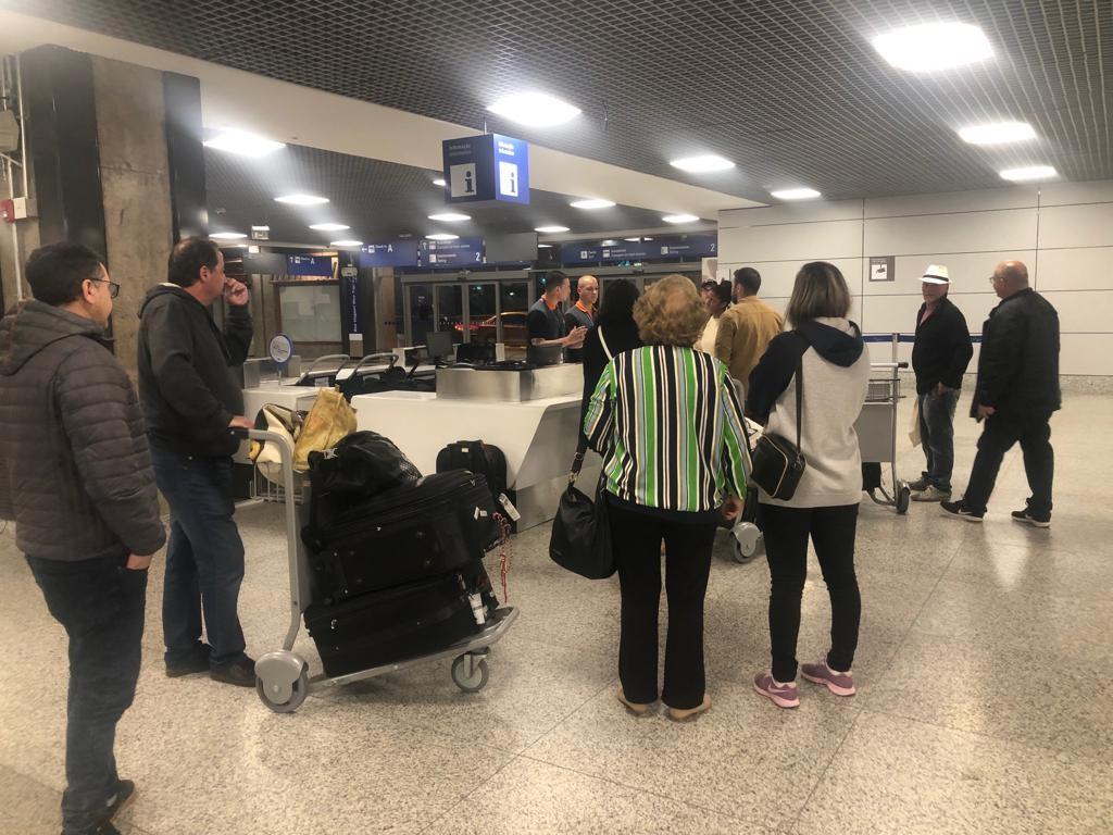 Passageiros esperam mais de 2 horas por desembarque após circulação ser suspensa na pista do Aeroporto Salgado Filho  - Notícias - Plantão Diário