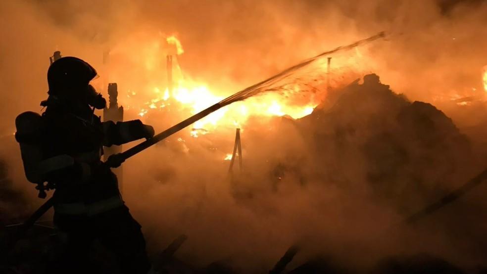 O fogo que destruiu um depósito de materiais recicláveis começou por volta das 21h45, em Vinhedo (SP) (Foto: Reprodução/EPTV)