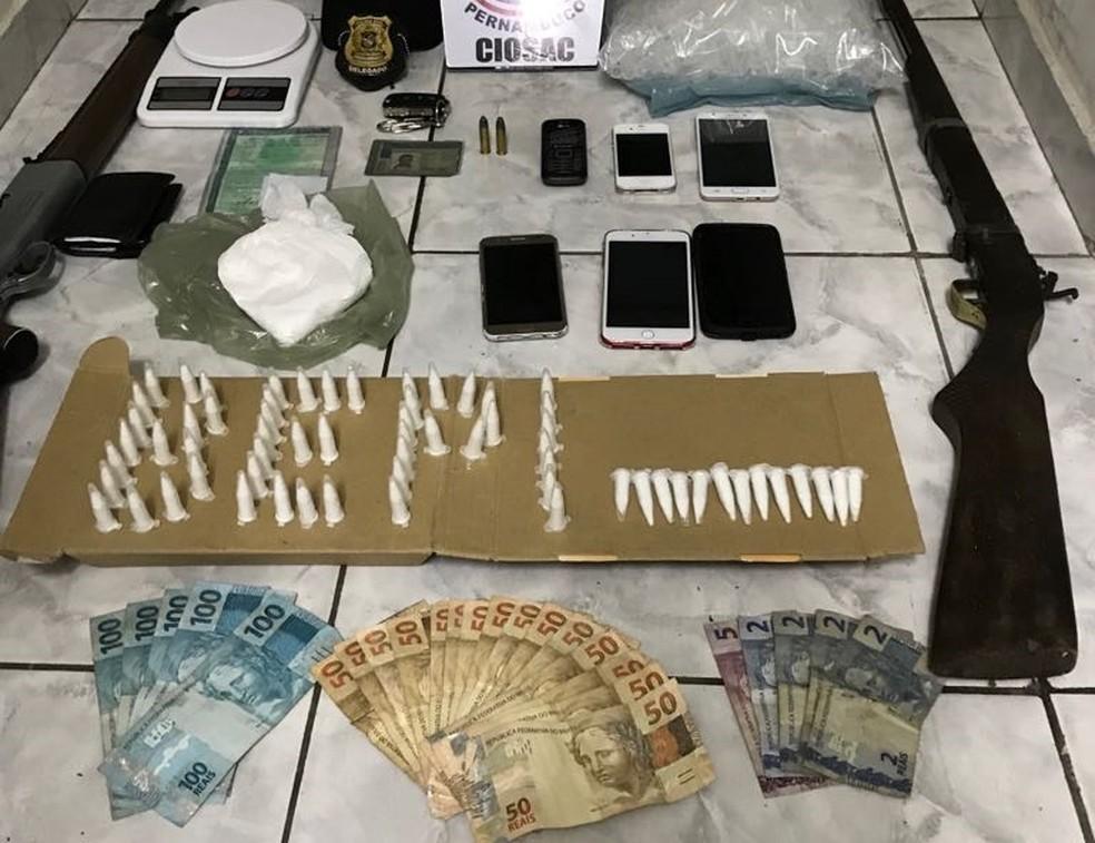Drogas, celulares e dinheiro foram encontrados com os suspeitos, em Custódia (Foto: Polícia Civil/Divulgação)