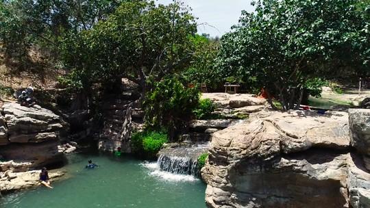 Conheça a Cachoeira do Salitre e a Gruta do Sumidouro, paraísos do sertão baiano