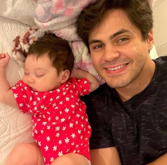 Lucas Veloso e a filha, Lua Maria (Foto: Reprodução)