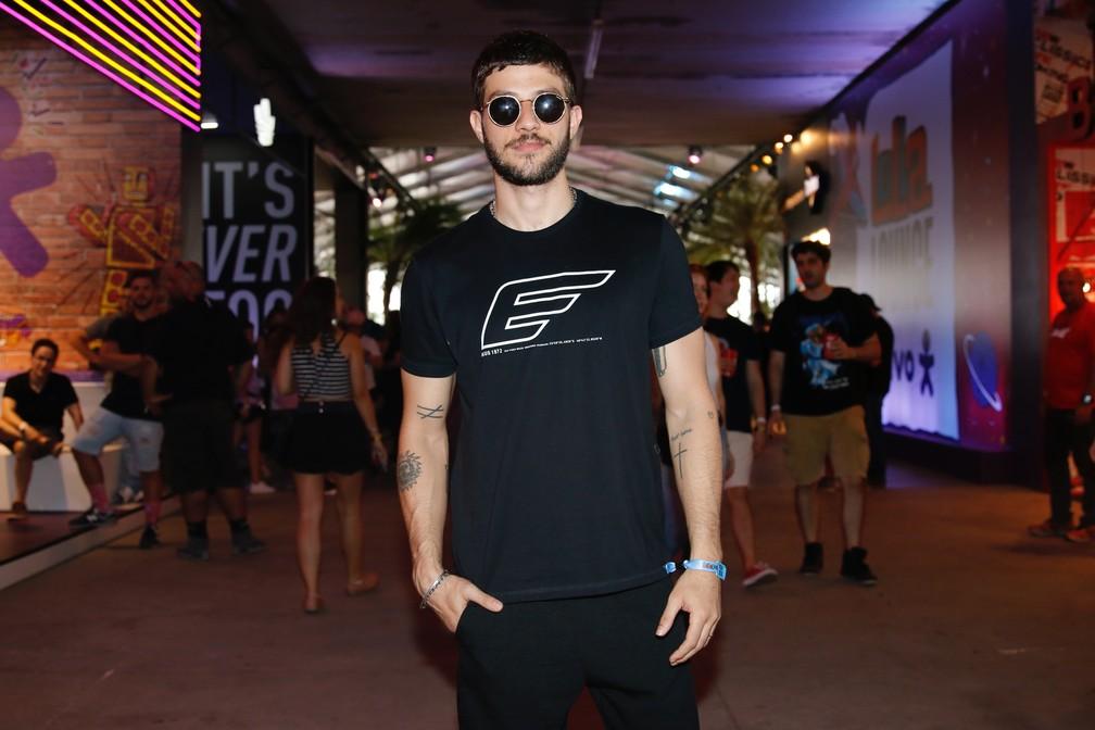 Todo de preto, Chay Suede prestigia primeiro dia de shows no Lollapalooza 2019 — Foto: Celso Tavares/G1