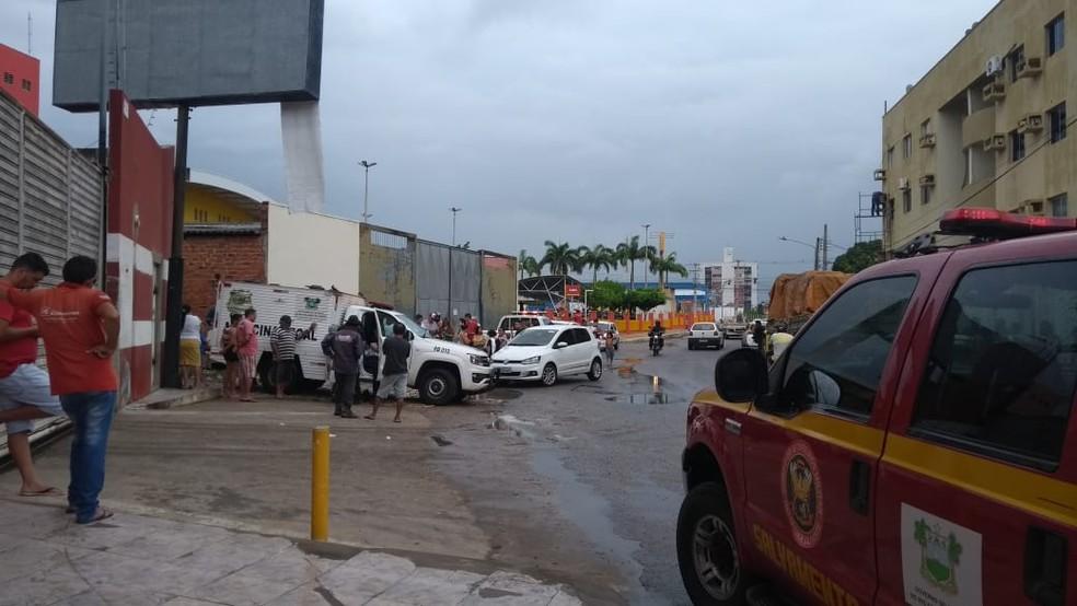 Itep e Corpo de Bombeiros foram a galeria de esgotos onde dois corpos foram achados em Mossoró — Foto: Ivanúcia Lopes/Inter TV Costa Branca